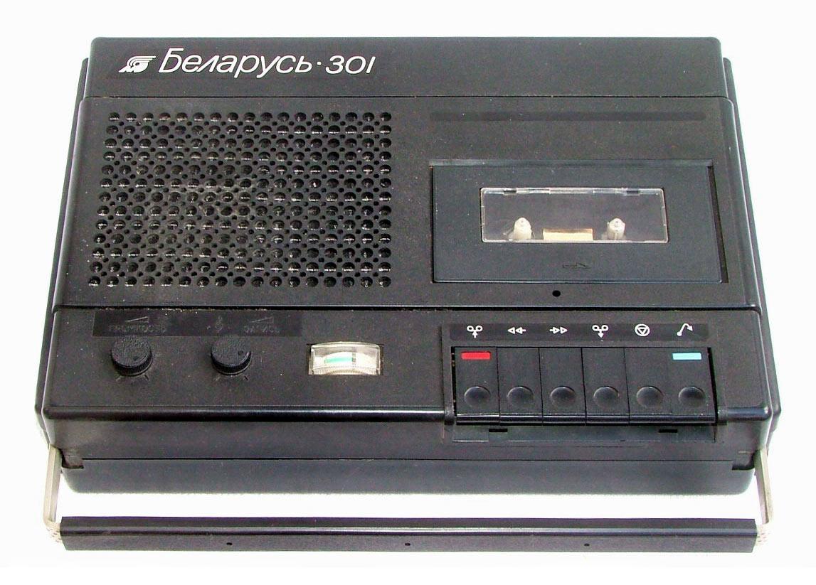 В общем и целом, я... Я определенно помню, что в 90-х у нас был магнитофон.  В духе вот такого.