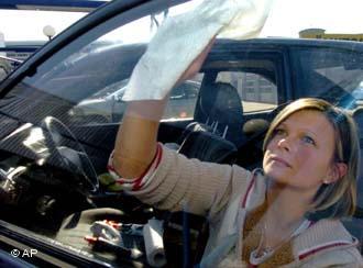 Как помыть машину при помощи лука и кока-колы