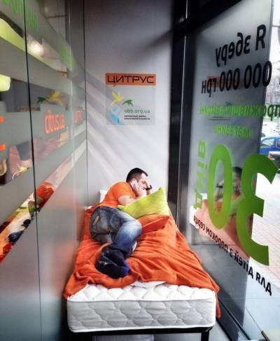 Украинец будет месяц жить в витрине магазина ради нового iPhone 6