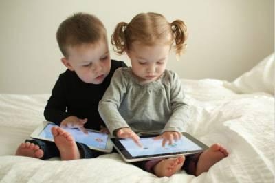 Младенцы стали активно пользоваться гаджетами